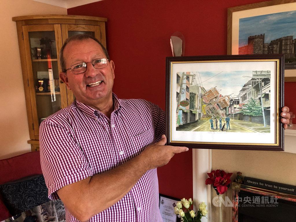 曾是英國國際救難隊一員的約翰霍蘭德30多年來在世界各地救災,某個地震後的場景被描繪成圖畫,他受訪時拿著圖畫說明救難時的經歷。中央社記者戴雅真倫敦攝 108年9月19日