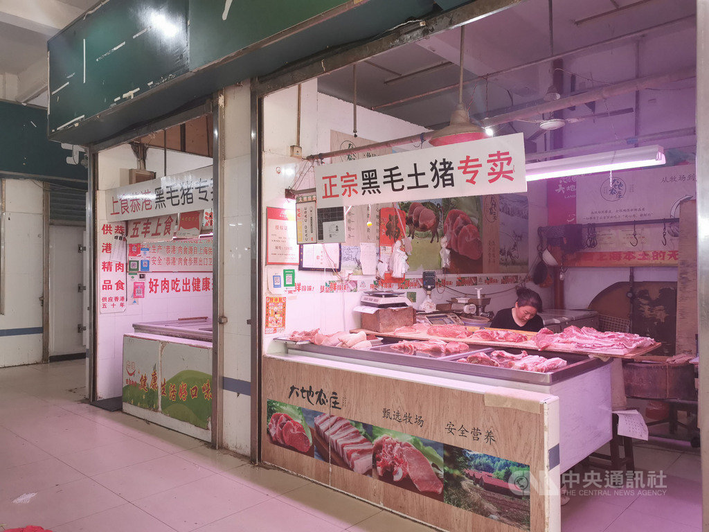中國豬價自2019年初一路攀升,至今雖然稍微回穩,但估計要漲到明年春節結束。受到豬肉漲價影響,攤商坦言生意變不好,「大家都改吃其他肉了」,但受限市場管理規則,攤商不能恣意改賣其他品類。中央社記者陳家倫上海攝 108年9月19日