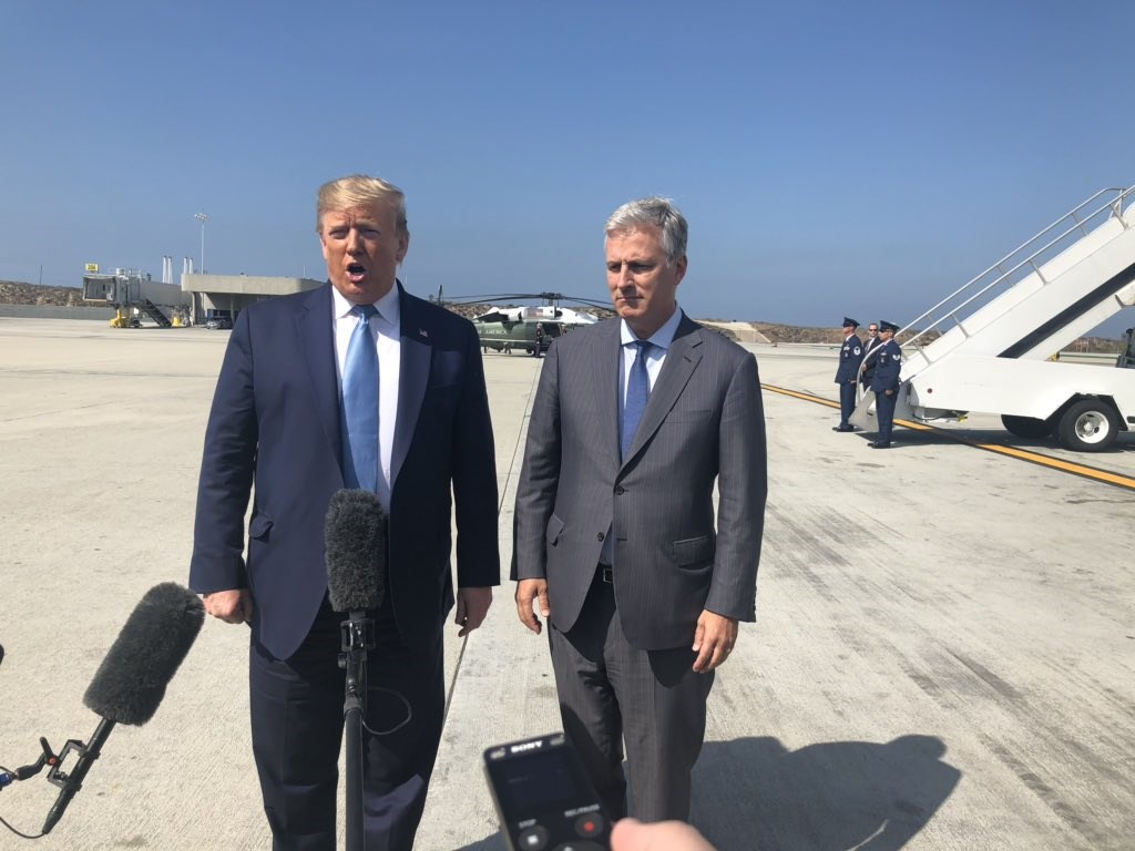 美國總統川普(左)18日任命人質事務特使歐布萊恩為新任白宮國家安全顧問。(圖取自twitter.com/PhilipRucker)