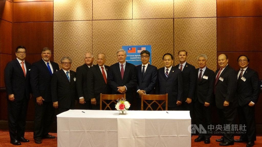 台灣農業採購團美東時間18日在美國國會山莊簽署價值37億美元的農業採購合約。圖為美國議員與採購團代表合影。中央社記者江今葉華盛頓攝 108年9月19日