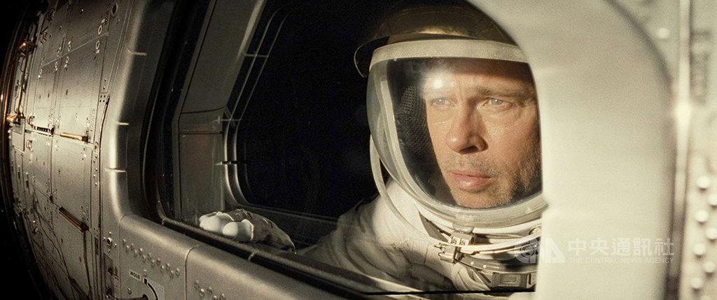 美國影星「小布」布萊德彼特(Brad Pitt)(圖)監製並主演新片「星際救援」,在片中飾演一名太空人,為尋找在外太空任務下落不明的父親,踏上星際之旅;布萊德彼特表示,他將自己在現實生活中對親密關係的不確定感,放進角色之中,用演技渲染出男主角的疏離與脆弱。(双喜電影提供)中央社記者洪健倫傳真 108年9月19日