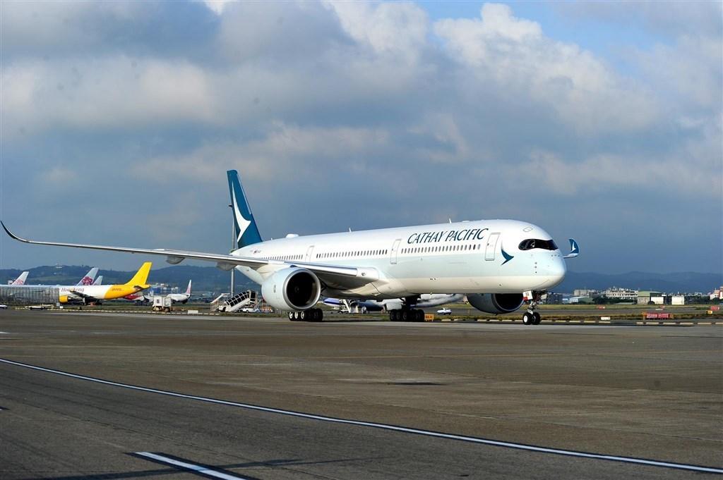 香港國泰航空公司遭北京威脅將公司列入黑名單後立場轉變,宣布開除數名涉入反送中抗爭的員工。(圖取自facebook.com/cathaypacific)