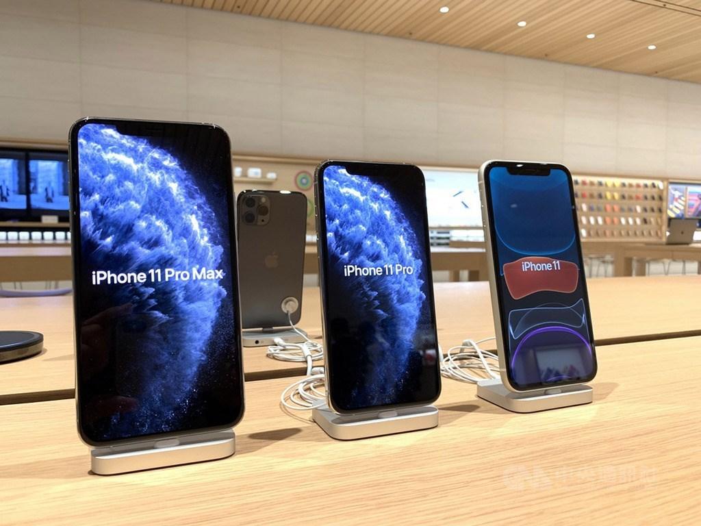 iPhone 11系列新機20日在台灣蘋果直營店Apple信義A13開賣,圖左至右為6.5吋iPhone 11 Pro Max、5.8吋iPhone 11 Pro、6.1吋iPhone 11。中央社記者吳家豪攝 108年9月20日