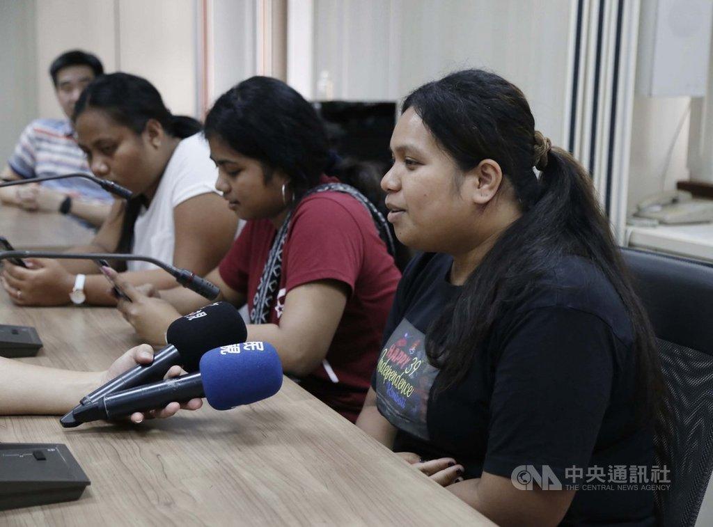 南台科技大學目前有15名吉里巴斯籍學生,數名女學生20日下午在學校的安排下出面受訪,其中一名學生德莉琴(右)面對吉里巴斯和中華民國斷交,直言很難過。(南台科大提供)中央社記者張榮祥台南傳真 108年9月20日