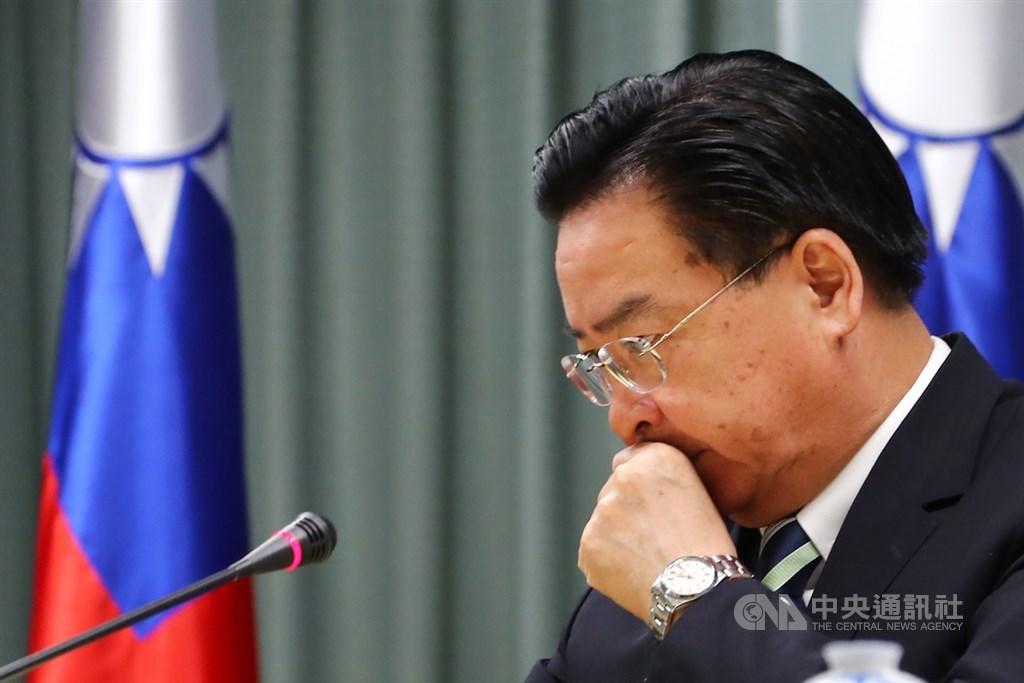 外交部長吳釗燮20日宣布與吉里巴斯終止外交關係,台灣一週內確定連失2個邦交國。對於是否負起政治責任,吳釗燮表示,不會迴避,但去留交由長官決定。中央社記者王騰毅攝 108年9月20日