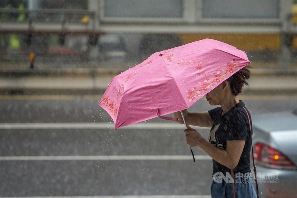 中央氣象局指出,20日受到颱風外圍雲系影響,迎風面的北部及東北部地區天氣不穩定,整天有間歇性降雨出現。(中央社檔案照片)