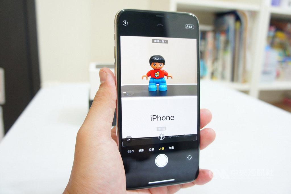 iPhone 11系列新機20日開賣,3C達人Tim哥表示,配備3鏡頭的iPhone 11 Pro系列可在人像模式中切換2倍光學變焦,取景上更方便。中央社記者吳家豪攝 108年9月20日