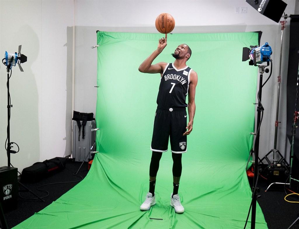 備戰新球季,NBA布魯克林籃網19日公布受傷球星杜蘭特身穿新球衣的照片。(圖取自twitter.com/brooklynnets)