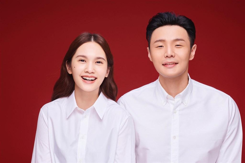 歌手楊丞琳19日出席代言記者會,親口證實已與歌手李榮浩在中國領證結婚。(圖取自facebook.com/0604rainie)