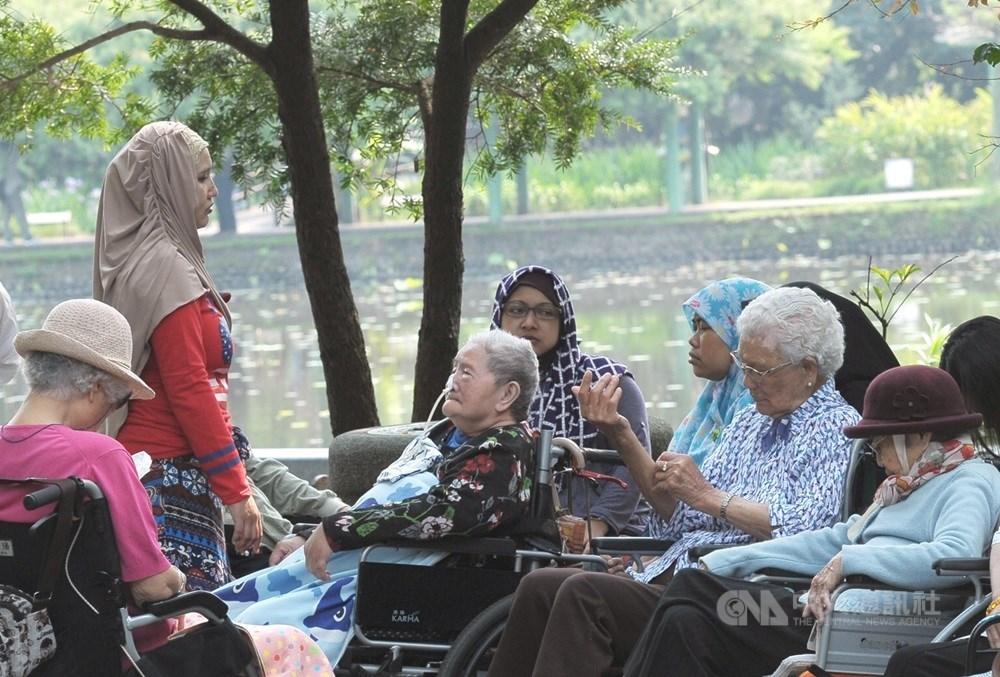 衛福部21日宣布,放寬外籍看護工家庭使用喘息服務對象,估受益者近18萬人。(示意圖/中央社檔案照片)