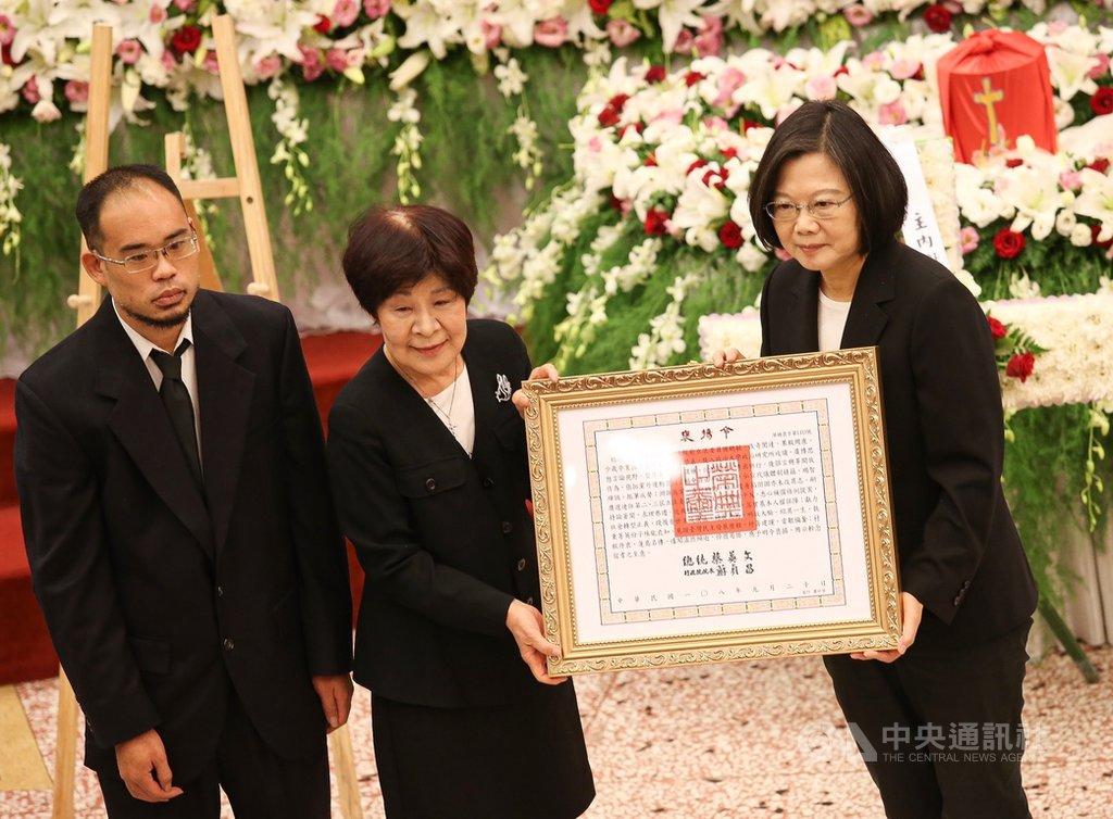 總統蔡英文(右)21日出席在台北市萬華艋舺教會舉辦的前立委謝聰敏追思會,並頒發褒揚令。中央社  108年9月21日
