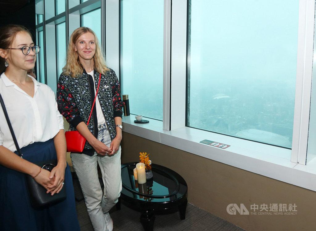 俄羅斯插畫家卡嘉.莫洛措娃(Katya Molodtsova)(左2)訪台,21日到台北101大樓高樓層參觀,可惜天侯不佳,未能看到開闊的台北市街景。中央社記者王騰毅攝 108年9月21日