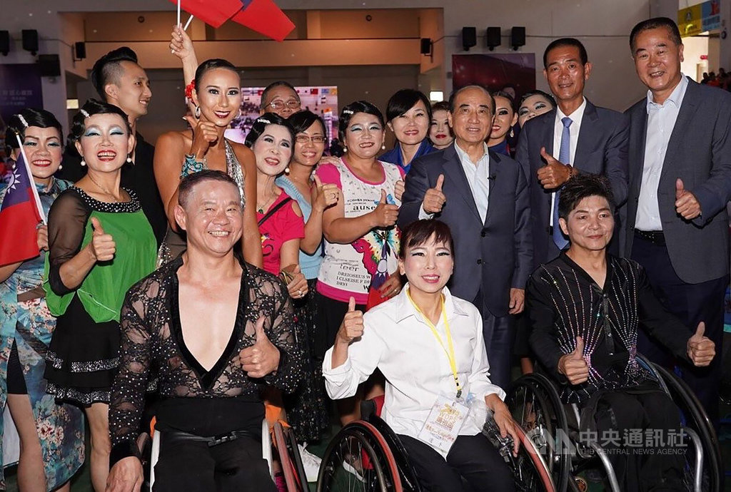 2019IPC媽祖盃輪椅體育運動舞蹈國際公開賽21日在雲林北港鎮立體育館舉行,前立法院長王金平(2排右3)下午到場為參賽者加油,受訪時對於選舉議題表示,下一步還是會參選到底。(王金平辦公室提供)中央社記者葉子綱傳真  108年9月21日
