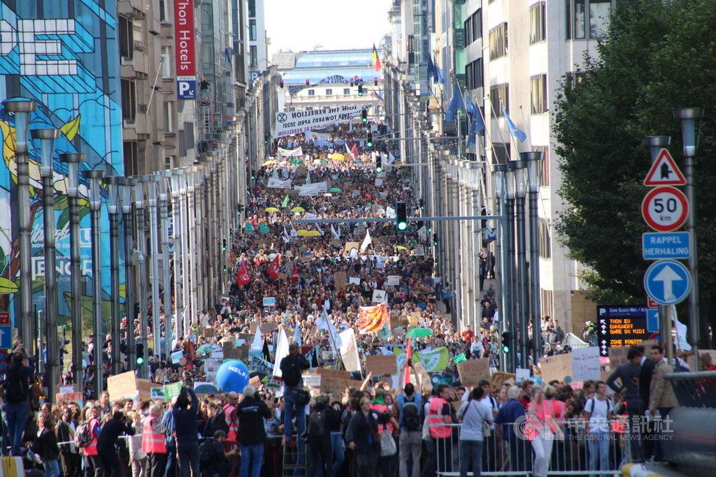 比利時布魯塞爾9月20日響應全球抗暖化號召,有1萬5000人罷工罷課和平示威遊行,長長隊伍壯觀。中央社記者唐佩君攝 108年9月21日