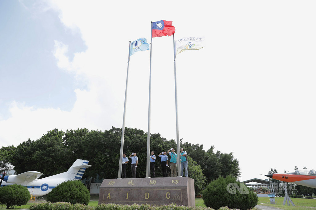 漢翔航空企業工會展現創舉,將工會旗(右)、公司旗(左)和國旗等3旗飄揚。此舉象徵勞資和諧,客戶有如吃下定心丸。(漢翔工會提供)中央社記者韋樞傳真 108年9月21日