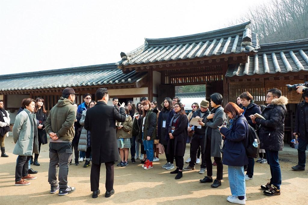 串流影音平台Netflix今年1月推出結合喪屍與南韓宮廷鬥爭題材的原創劇「李屍朝鮮」,討論度爆棚。圖為「李屍朝鮮」片場。(Netflix提供)中央社記者吳家豪傳真 108年9月21日
