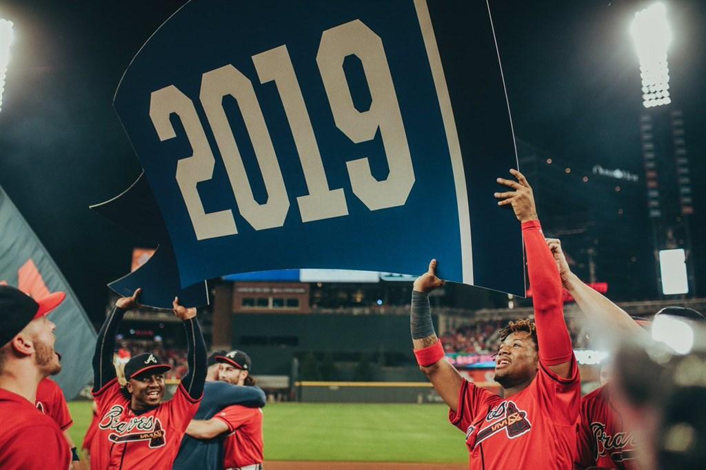 MLB亞特蘭大勇士20日主場迎戰舊金山巨人,強打阿庫尼亞(右)敲出本季第41轟,勇士終場以6比0完封對手,連兩年在國聯東區封王。(圖取自twitter.com/braves)