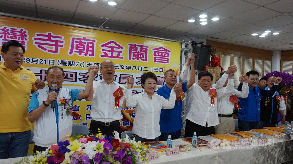 國民黨總統參選人、高雄市長韓國瑜(左3)21日出席台灣寺廟金蘭會,台中市長盧秀燕(左4)、鎮瀾宮董事長顏清標(左6)等人也出席。中央社記者趙麗妍攝 108年9月21日
