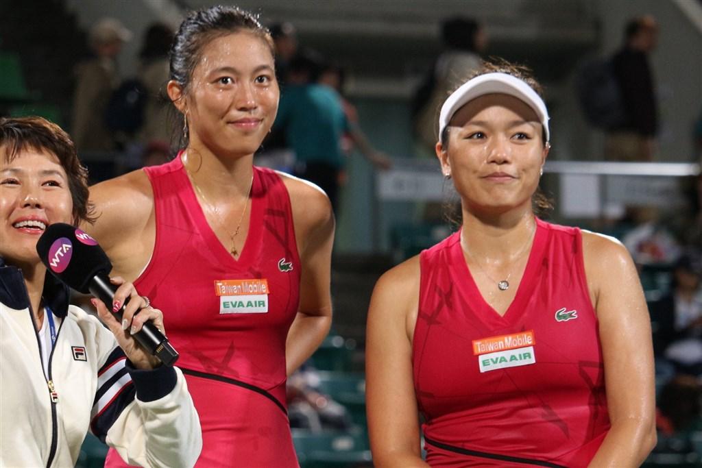 台灣網球雙打姐妹花詹詠然(右)與詹皓晴(左2)21日在日本大阪舉行的泛太平洋女網賽女雙決賽,擊敗謝淑薇與謝語倢姐妹,收下本季兩人搭檔第4冠。(圖取自facebook.com/torayppo)