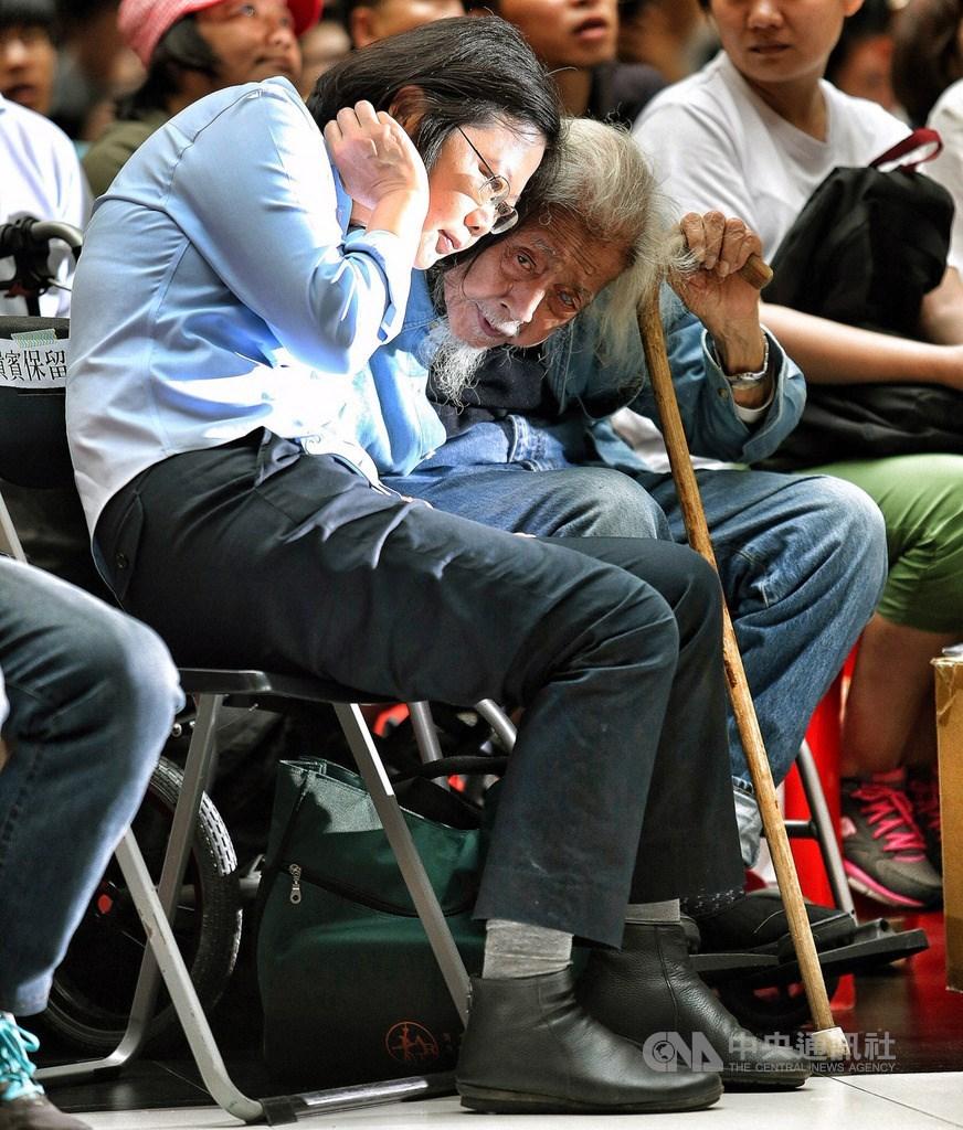 台灣獨立建國運動先驅史明(右)病逝,享嵩壽103歲。總統蔡英文(左)21日表示,明年的年夜飯,還是會為他留下一張椅子,紀念他為了台灣,所付出奉獻的一生。(資料照片)中央社記者郭日曉攝 108年9月21日