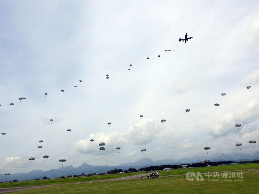 菲律賓和美國首度進行的聯合空降作戰演習19日在位於呂宋島的巴塞空軍基地登場,共500多名傘兵參與。菲國軍方22日開放媒體採訪,傘兵空降場面壯觀。中央社記者陳妍君巴塞空軍基地攝 108年9月22日