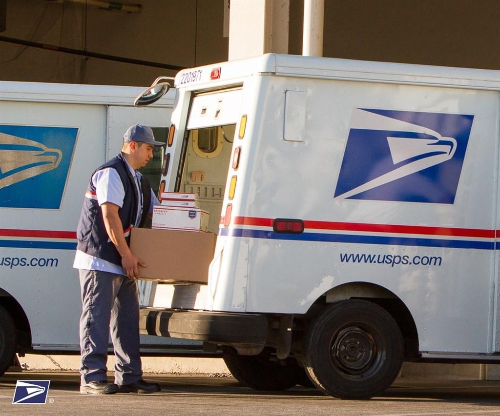 白宮貿易顧問納瓦洛曾投書媒體指責,中國利用萬國郵政聯盟的優惠條件,扭曲全球電子商務,按照納瓦洛說法,美國業者留在本土製造的真品藉由美國國內郵政的運輸價格,比中國寄來美國的仿冒品郵費要貴。圖為美國郵政管理局人員配送包裹。(圖取自facebook.com/USPS)