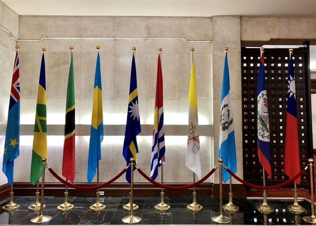 外交部長吳釗燮20日下午宣布,與吉里巴斯終止外交關係。右起第5面為吉里巴斯國旗。中央社記者侯姿瑩攝 108年9月20日