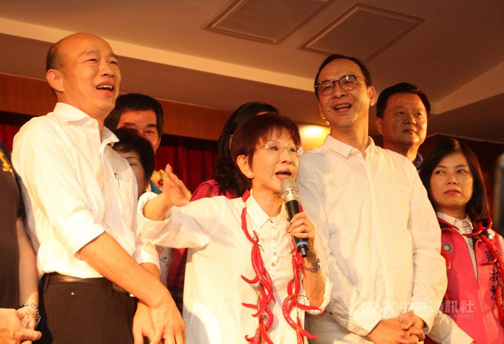 國民黨總統參選人韓國瑜(左)與前國民黨主席朱立倫(前左3)22日在台南市同台,為黨提名的女性立委參選人洪秀柱(前左2)等人助選。中央社記者楊思瑞攝 108年9月22日