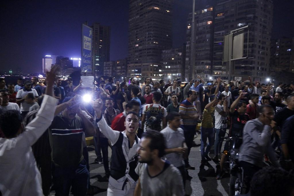 埃及出現反總統塞西示威抗議,目前已有1900人遭逮捕,但社群媒體上仍不段串聯群眾走上街頭要塞西下台。當局則表明打算動用武力鎮壓。(法新社提供)