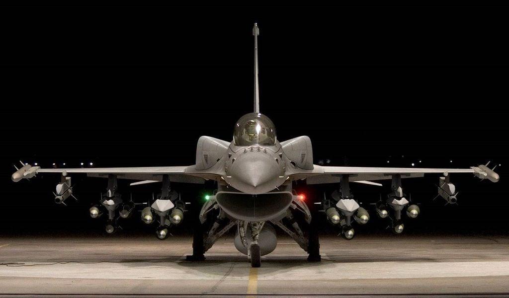 國防部長嚴德發23日在立法院備詢表示,F-16V(圖)對應共軍的殲20戰機沒問題,且國軍飛官戰技高超,「一對一絕對把它(殲20)打掉」。(圖取自洛克希德馬丁公司網頁lockheedmartin.com)
