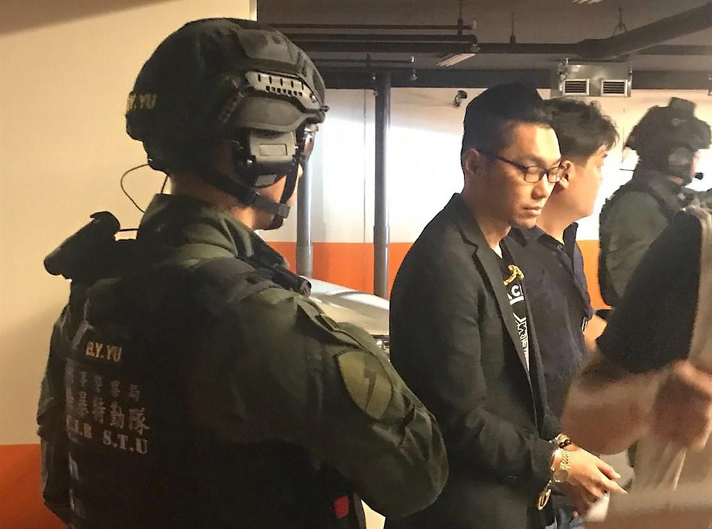警方偵辦直播主互嗆衍生的街頭暴力案,21日拘捕涉案的直播主連千毅(左2)。檢察官向法院聲押禁見,高雄地方法院23日下午開庭裁定准予羈押禁見。(警方提供)