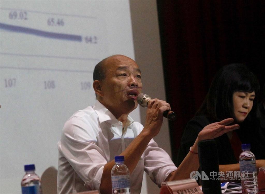 高雄市議會第3屆第2次定期大會25日登場,高雄市長韓國瑜(左)23日向議會說明市府109年總預算案。中央社記者董俊志攝 108年9月23日