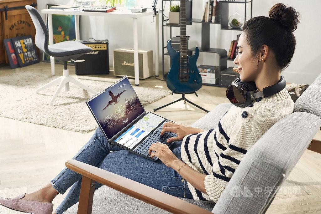 電腦品牌廠華碩23日宣布,雙螢幕筆電ASUS ZenBook Duo預計10月3日在台開賣,內建第二螢幕ScreenPad Plus,使用者可將應用程式從主螢幕延伸或釘選至ScreenPad Plus,同步處理影音、繪圖作業。(華碩提供)中央社記者吳家豪傳真 108年9月23日
