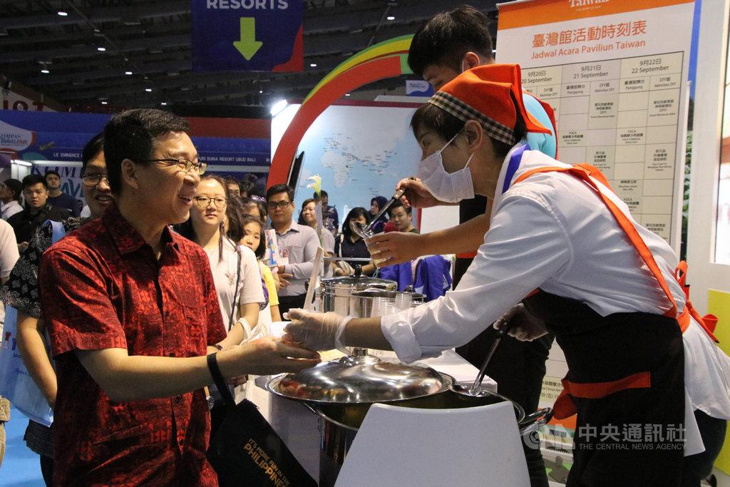 中華民國交通部觀光局參加印尼最大秋季旅展,圖為參展業者22日提供免費檸檬愛玉冰飲,吸引民眾大排長龍。中央社記者石秀娟雅加達攝 108年9月23日