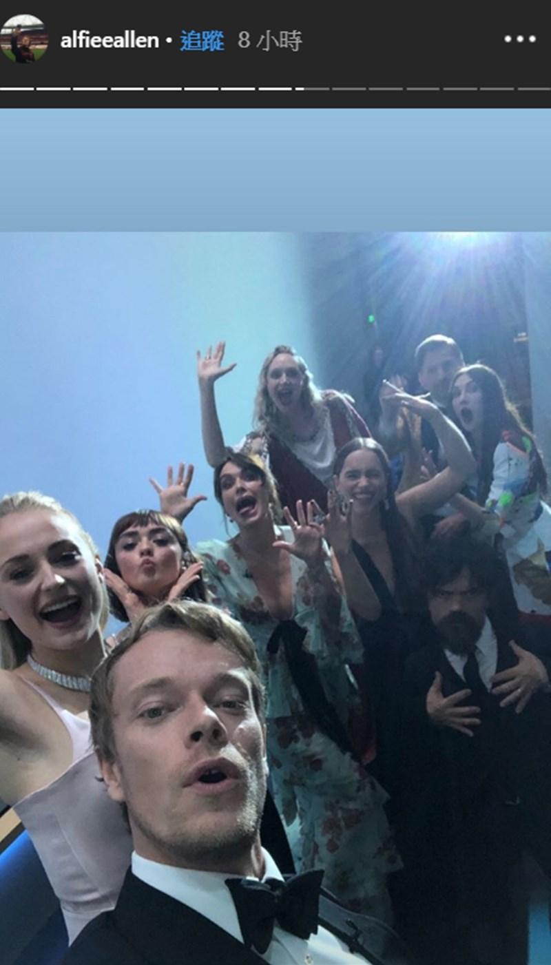 「冰與火之歌:權力遊戲」主要演員22日在第71屆艾美獎重聚並自拍,讓網友欣喜若狂。(圖取自阿爾菲艾倫IG網頁instagram.com/alfieeallen)
