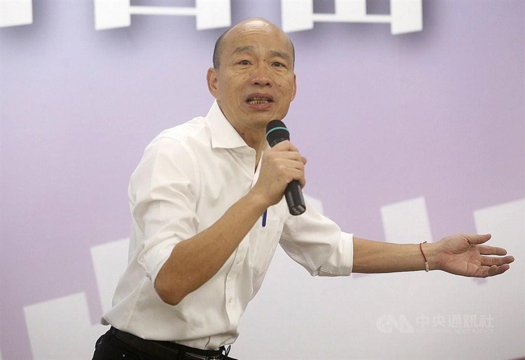 高雄市長韓國瑜議會23日晚上在臉書直播說「從沒說過高市府要開採石油、也沒寫在政見內」,以及表示不滿近來被抹黑「高雄治安敗壞」。(中央社檔案照片)