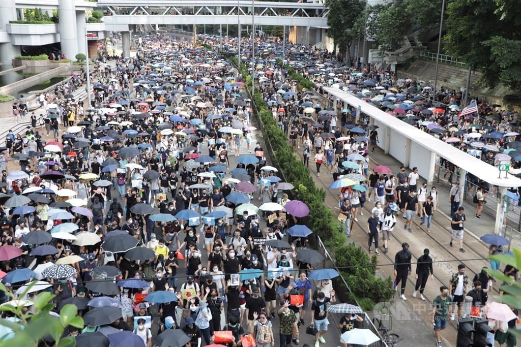 香港反送中運動帶來社會激烈對立,分析認為,相較過去一度盛傳的中央插手與動用體制外力量,北京更寄希望於「香港問題,香港解決」。圖為15日由香港泛民組織民陣發起的遊行。(中央社檔案照片)