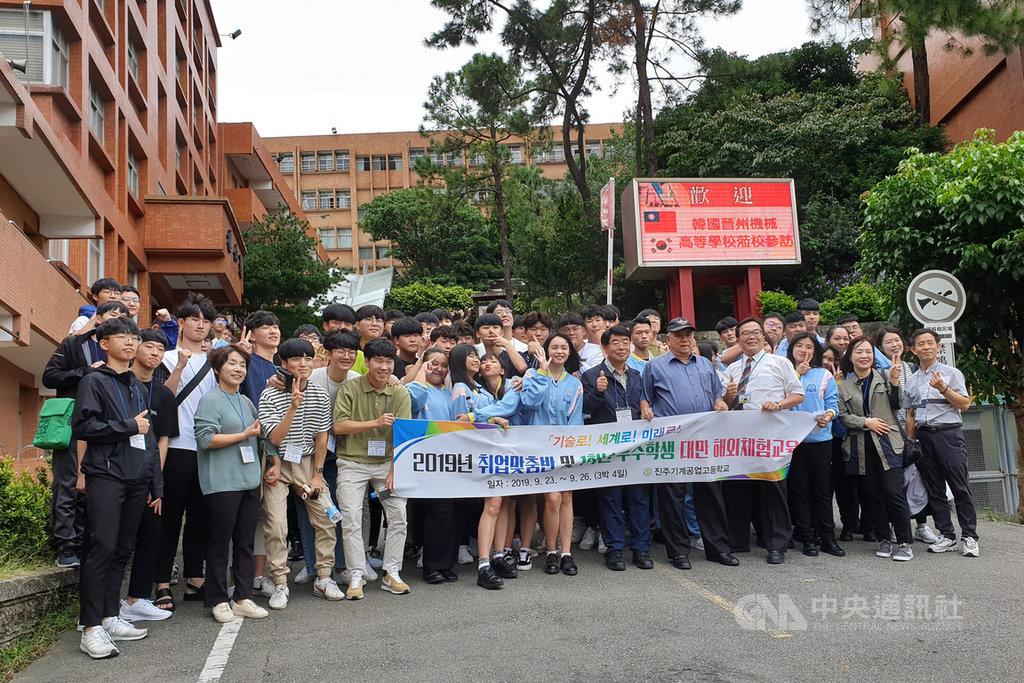 韓國晉州市晉州機械高等學校師生24日參訪桃園市光啟高中,兩校師生除進行交流、了解彼此特色外,也藉由實際體驗課程,增進彼此情誼。中央社記者吳睿騏桃園攝 108年9月24日