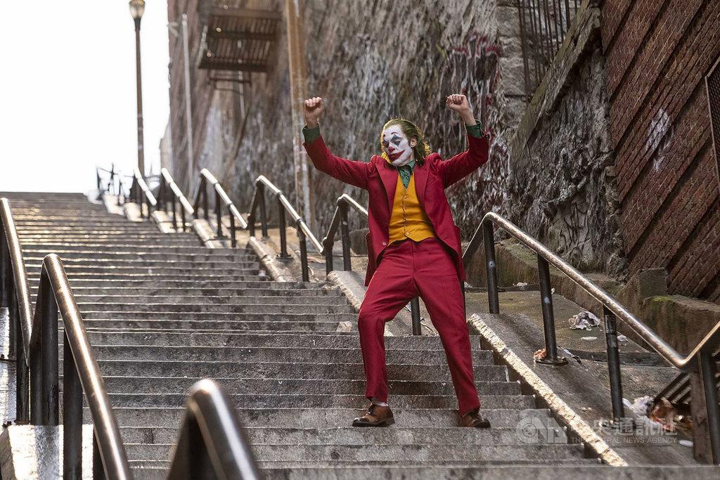 美國男星瓦昆.菲尼克斯(Joaquin Phoenix)在新片「小丑」(Joker)中,飾演英雄漫畫「蝙蝠俠」中著名瘋狂反派小丑,電影中一段又高又長的樓梯,也是全片最關鍵的場景。(華納兄弟提供)中央社記者洪健倫傳真 108年9月24日