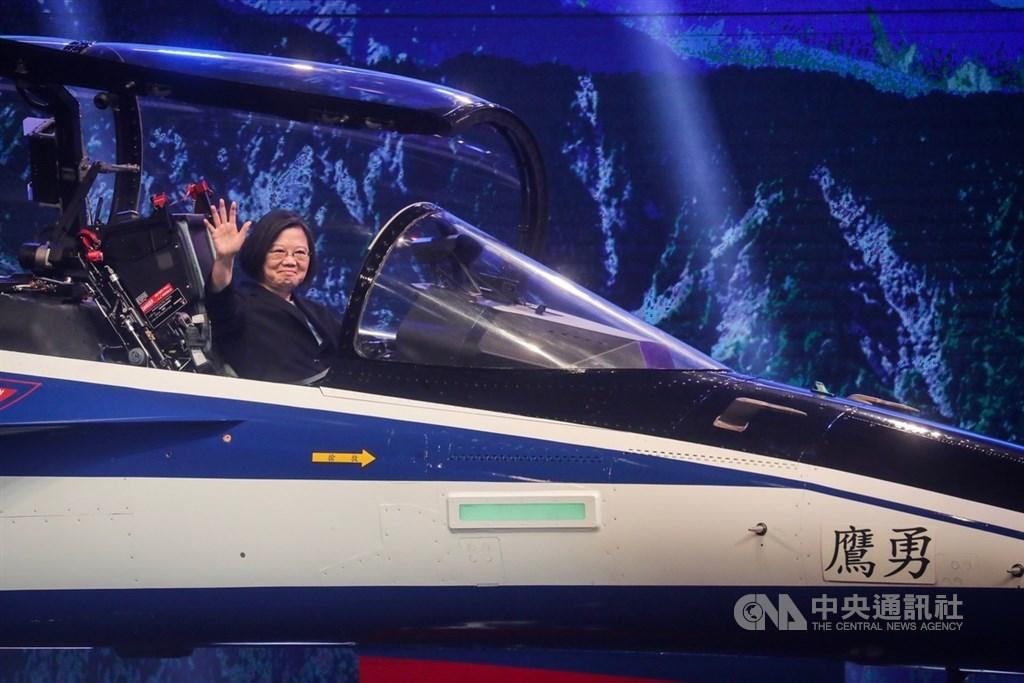 總統蔡英文(圖)24日在台中漢翔沙鹿廠區,出席「空軍新式高教機出廠典禮」,蔡總統登上新機視察,並揮手致意。中央社記者吳家昇攝 108年9月24日