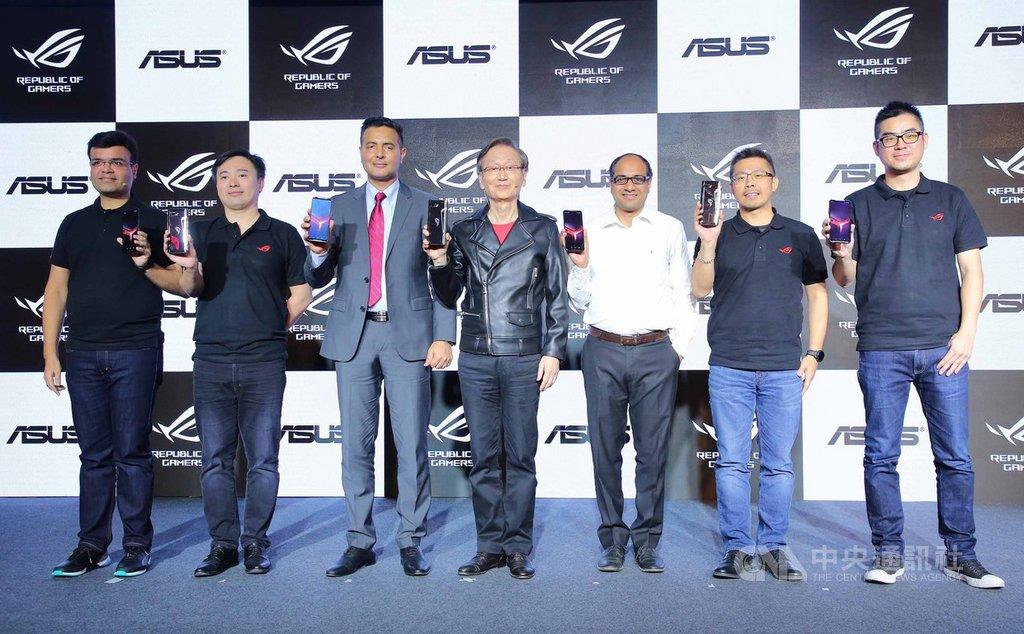 電腦品牌廠華碩23日由董事長施崇棠(左4)率領團隊,於新德里發表新一代電競手機ROG Phone II,各界貴賓到場支持。(華碩提供)中央社記者吳家豪傳真  108年9月24日