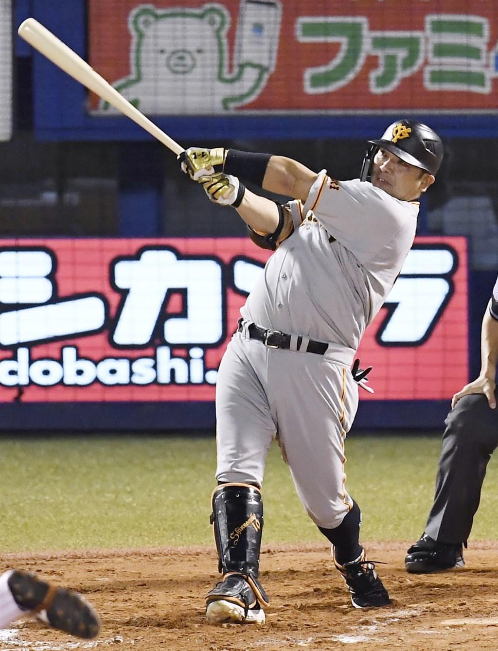 日本職棒巨人隊的「強打捕手」阿部慎之助,從2001年進入職棒後就擔任先發球員,表現活躍,目前已知本季結束就將退休。(共同社提供)