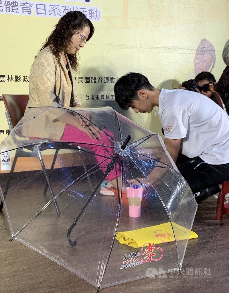 台灣拳擊女將林郁婷(前右)24日在國民體育日系列活動記者會上,化身孝親大使為媽媽洗腳,她表示,很開心可以透過這個機會,用行動來表達對媽媽的愛。中央社記者龍柏安攝  108年9月24日