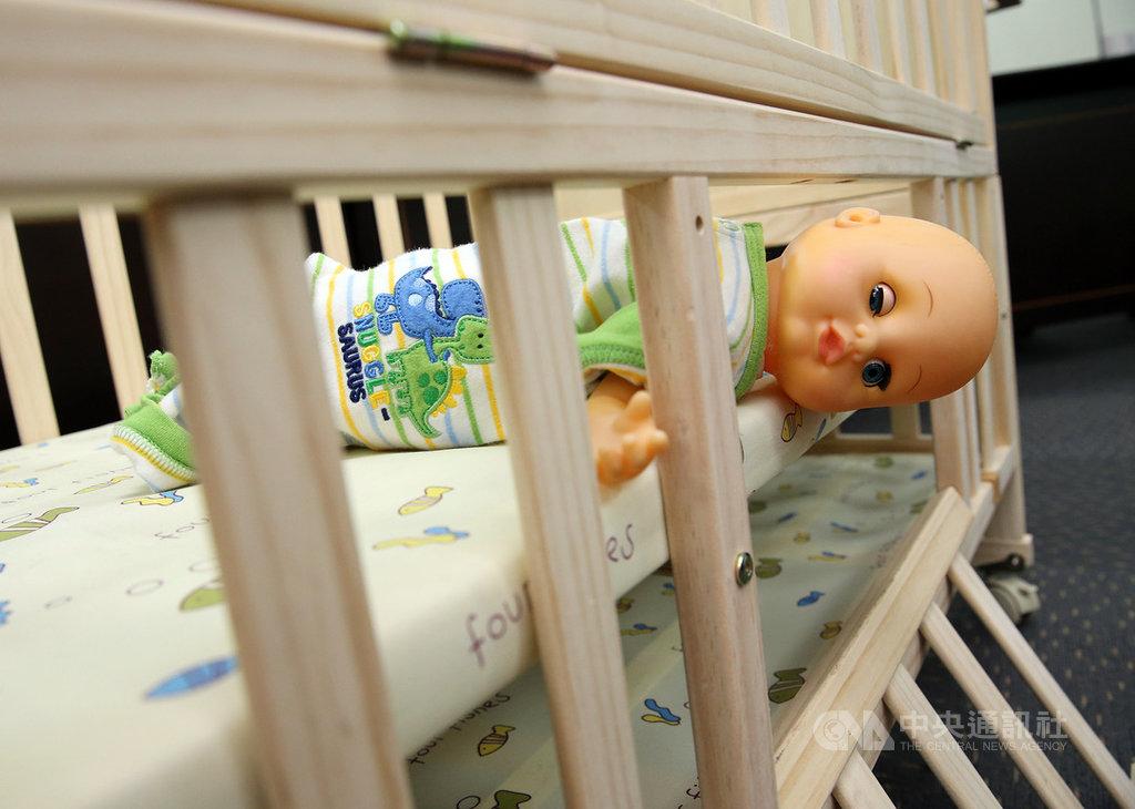 行政院消保處25日公布與標檢局抽查12件市售家用嬰兒床及折疊嬰兒床結果,發現品質檢測高達9成2不合格,標檢局補充,8月下旬已要求業者下架回收改正,並因這次檢驗不合格率偏高,已規劃要將嬰兒床列入強制檢驗項目,最快明年實施。中央社記者郭日曉攝 108年9月25日