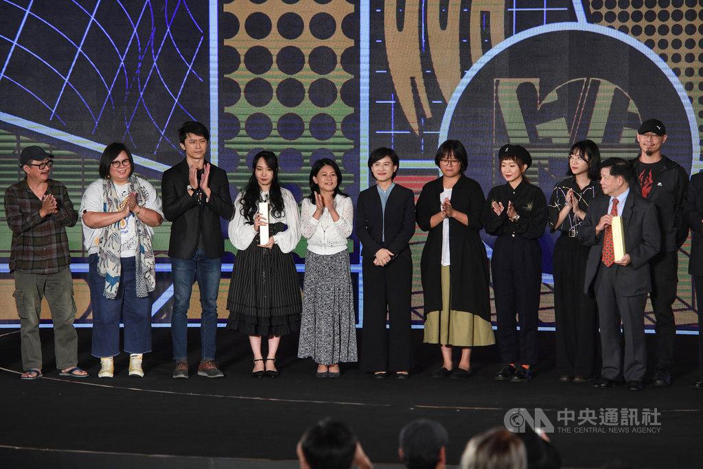 2019第10屆金漫獎25日下午在台北舉行頒獎典禮,文化部長鄭麗君(左6)出席與會,恭喜本屆所有得獎者,並和他們合影。中央社記者王飛華攝 108年9月25日