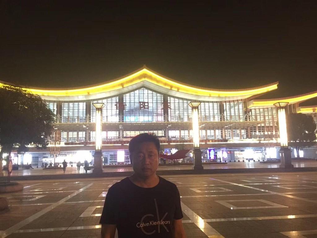 維權網報導,中國知名維權律師謝陽25日晚間被數名荷槍實彈的特種警察控制在酒店之中,截至26日中午仍失聯。(圖取自twitter.com/709chenguiqiu)