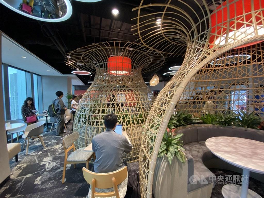 微軟AI(人工智慧)研發中心辦公室27日擴建落成,空間大量採用竹編等在地化設計,展現濃濃台灣味。中央社記者吳家豪攝 108年9月27日