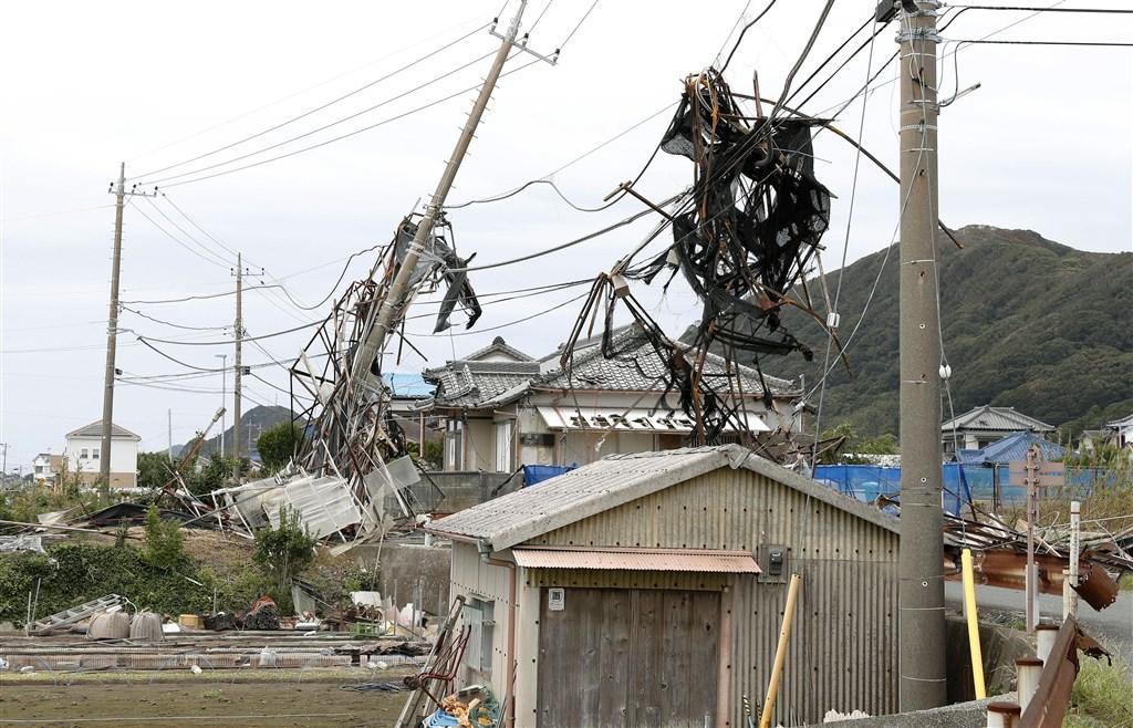 颱風法西9日以日本關東史上最強等級颱風之姿重創千葉縣,電線桿損壞造成大規模停電。圖為千葉縣南房總市電線桿遭颱風吹倒。(共同社提供)