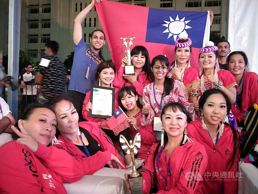 來自屏東的TW-EGY中東傳統民俗舞蹈團在印度昌迪加爾大學民俗舞蹈比賽中,以融合台灣與中東風情的創新民俗舞蹈,從25國隊伍中脫穎而出,27日贏得季軍。(TW-EGY中東傳統民俗舞蹈團提供)中央社記者康世人新德里傳真  108年9月28日