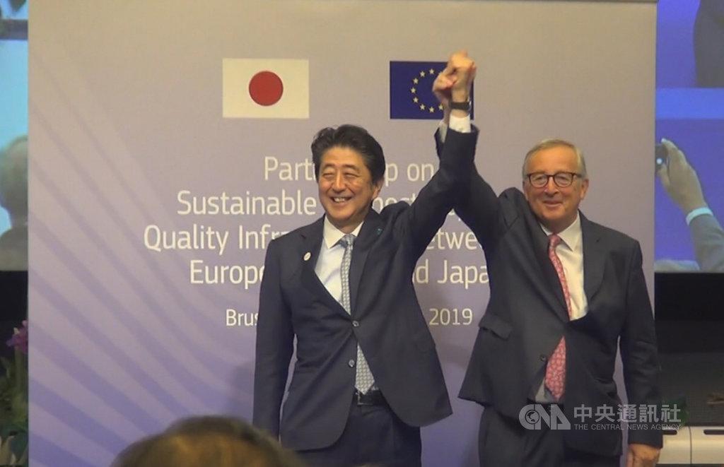 歐盟執委會主席榮科(右)與日本首相安倍晉三(左)27日在布魯塞爾簽署一項歐日基礎設施合作協議。中央社記者唐佩君布魯塞爾攝 108年9月28日